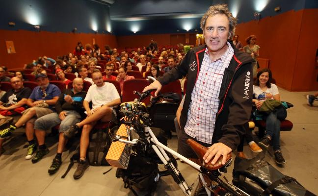 Álvaro Neil, el 'Biciclown', lleva la risa a Pumarín