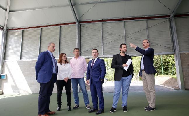 Cubrir la pista del IES Rosario Acuña costará 381.000 euros y la del Emilio Alarcos, 18.000