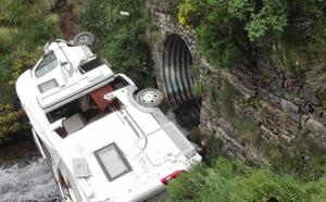 Dos heridos al caer su autocaravana por un desnivel a un río de Somiedo