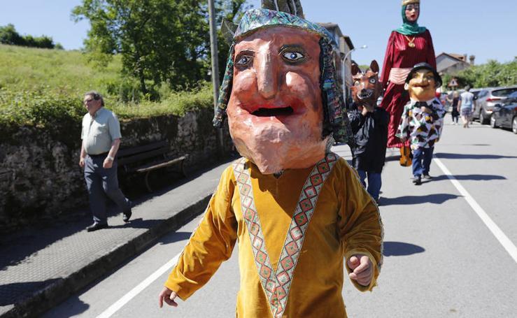 Gigantes y cabezudos desfilando en Amandi con motivo de las fiestas de San Xuan