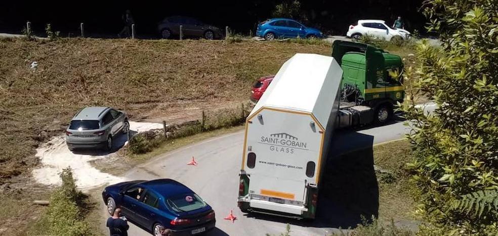 Un camión atascado complica el acceso a la playa de La Franca