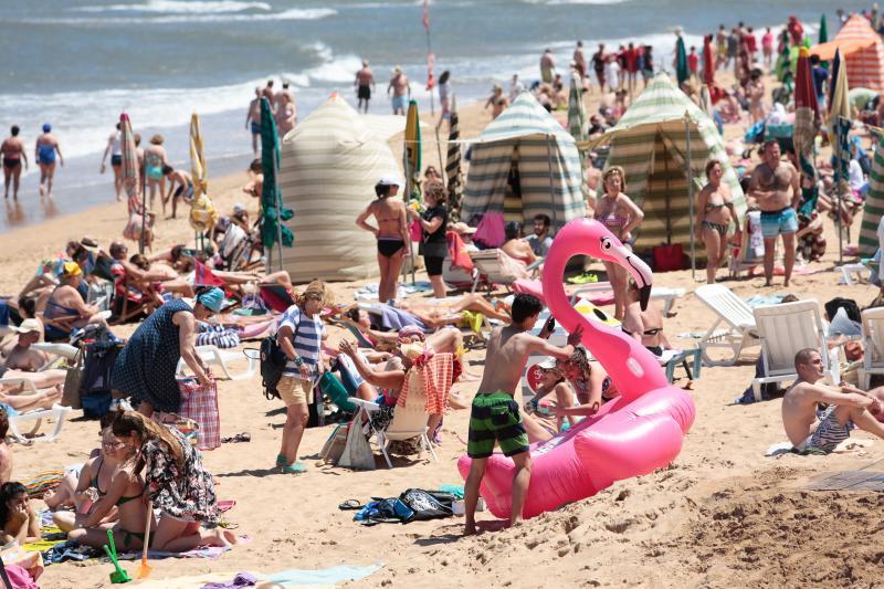 El sol y el calor llenan las playas de Asturias