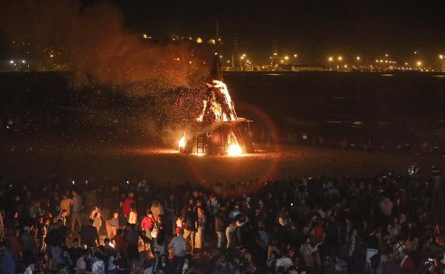 Una multitud baila al ritmo del fuego de Mareo a Poniente
