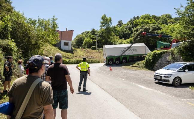 Un camión queda atascado en el acceso a la playa de La Franca, en Ribadedeva