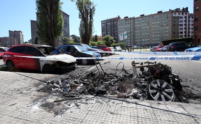 Arden cinco vehículos en un incendio intencionado en la calle Fernando Alonso