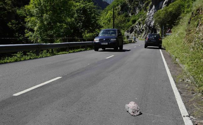 Los vecinos urgen una solución a la caída de rocas en la carretera a Beleño
