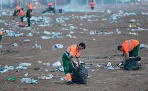 Toneladas de basura se extienden por la playa de Poniente