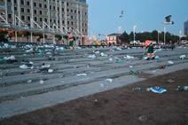 Toneladas de basura se acumulan en la playa de Poniente tras la noche de San Juan