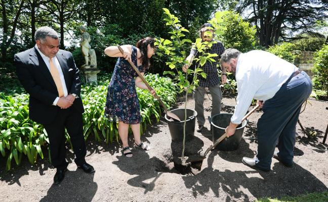 Francia y Asturias siembran su amistad en el Jardín Botánico