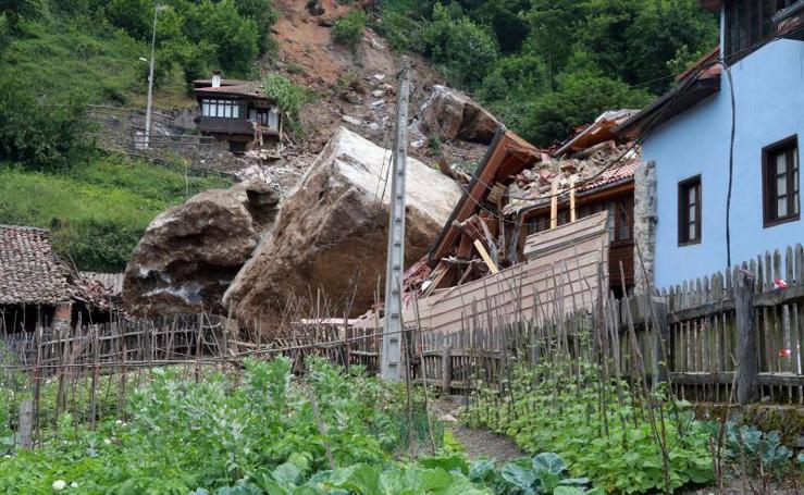 Un argayo de grandes dimensiones obliga a desalojar tres casas en La Cortina, en Lena