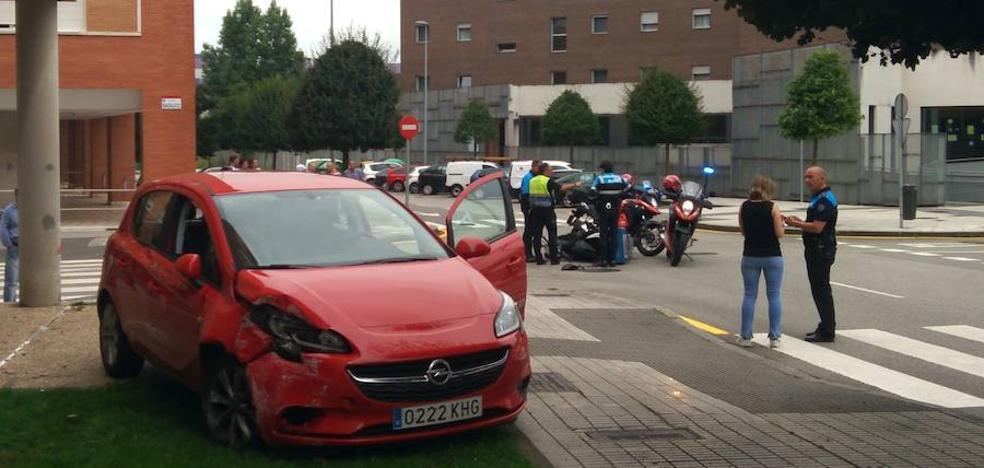 Herido un motorista al chocar contra un turismo en Gijón
