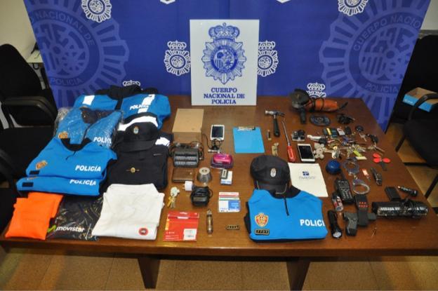 Detenido un policía local de Oviedo por facilitar uniformes y ... 474bc25191a78