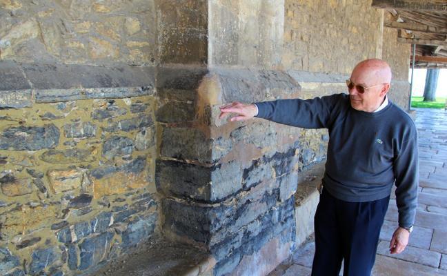 Nuevas filtraciones causan humedades en uno de los muros de la iglesia de Luanco