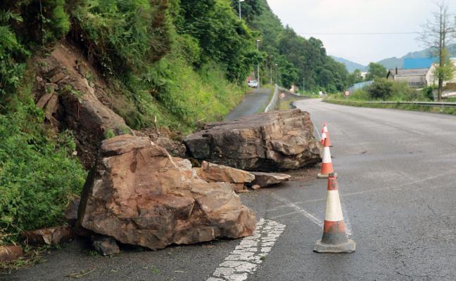 Cinco nuevos desplomes alteran las comunicaciones en carreteras de Degaña y Mieres