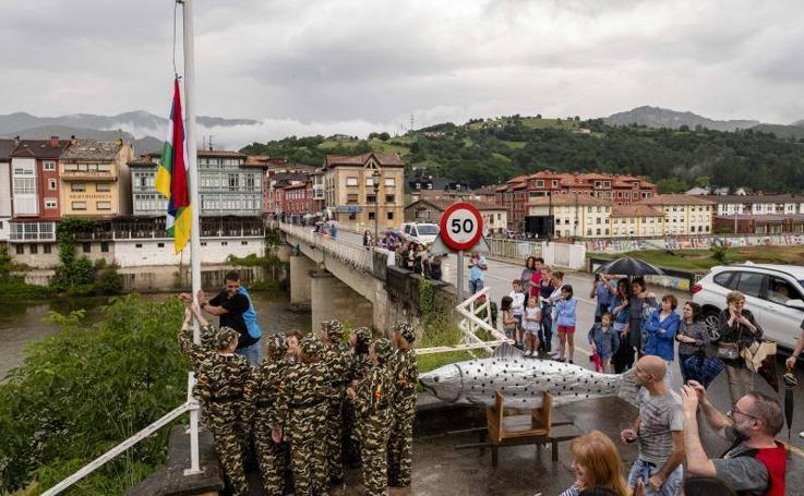 El izado de la bandera multicolor anuncia el Descenso del Sella