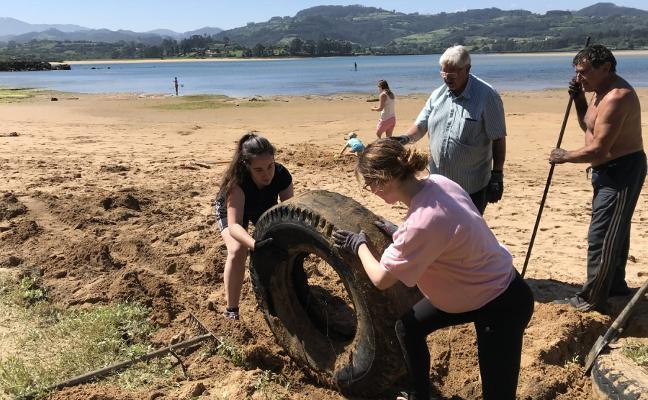 Retiran nueve ruedas enterradas en la playa de Bonome, en El Puntal