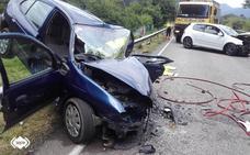 Tres heridos tras aparatoso choque de dos turismos en Pravia