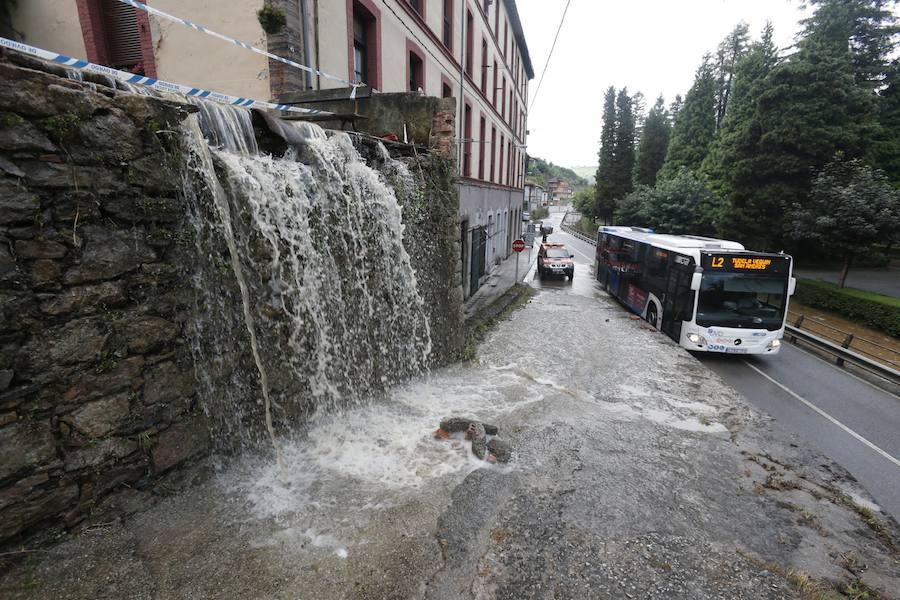 Una tromba de agua inunda calles de Oviedo y desborda el reguero de Trubia