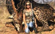 Una cazadora estadounidense mata a una rara jirafa y la exhibe como un trofeo