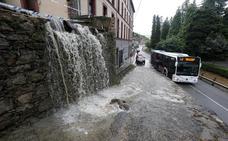 Una tromba de agua anega varias zonas de Oviedo y pone en vilo a Trubia