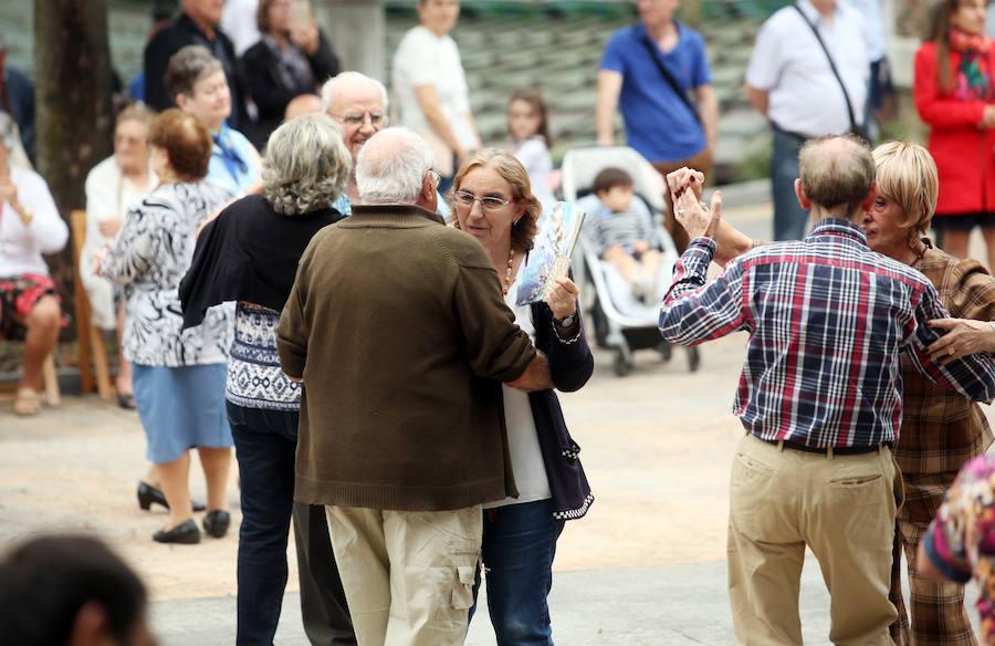Animada tarde de bailes en el Bombé
