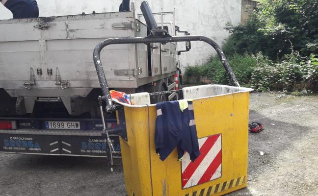 Heridos dos empleados municipales de Langreo tras una caída de cuatro metros