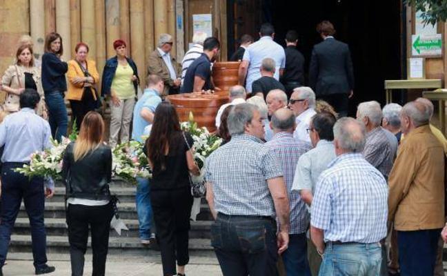 Dolor y tensión en el funeral del matrimonio muerto en La Felguera