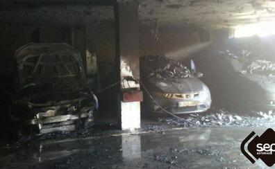 Dos coches calcinados en un incendio en un garaje de Candás