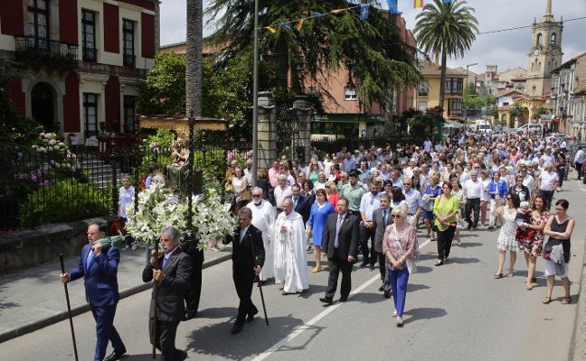 Colunga arropa y canta a su Virgen de Loreto bajo el sol