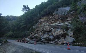 Un argayo corta la carretera que comunica el Alto de la Garganta con Santalla
