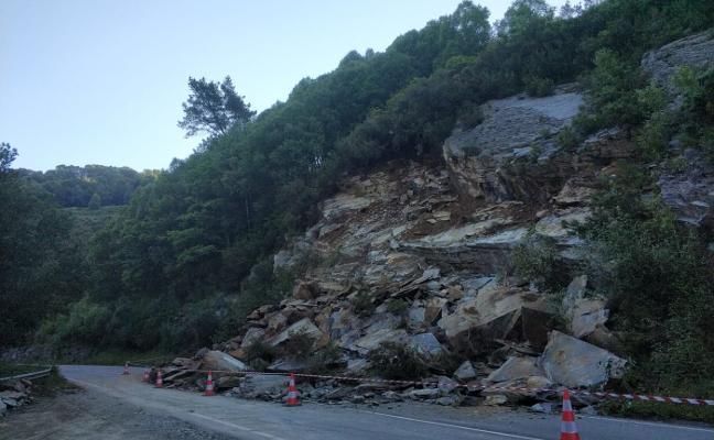 Toneladas de rocas cortan la carretera entre La Garganta y Santa Eulalia de Oscos