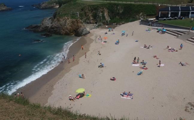Tapia abre al baño las playas tras cuatro días cerradas por residuos fecales