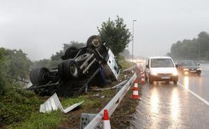Vuelca un camión en la ronda exterior de Oviedo