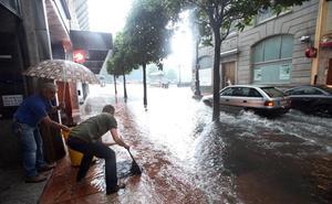 La lluvia vuelve a anegar a Oviedo
