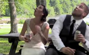 Un árbol estropea el día a unos recién casados