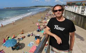 Un surfista rescata a seis personas en una misma tarde en la playa de Salinas