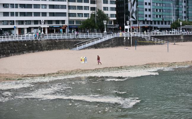 Alerta en la escalera 15 de la playa ante la aparición de espumas