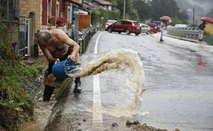 La lluvia se ceba con el centro de Asturias e inunda Oviedo y Siero