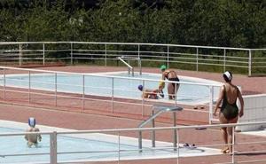 Las lluvias provocan el cierre temporal de la piscina exterior de Pola de Siero