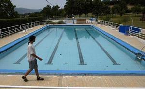 Un socorrista de unas piscinas de Álava impide bañarse a un menor transgénero por no quitarse la camiseta