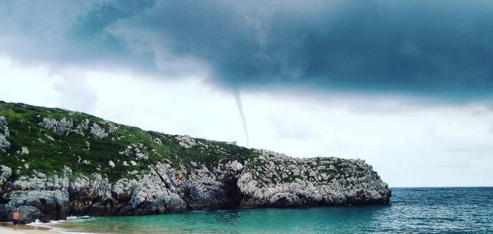 Un tornado marino sacude la costa de Llanes