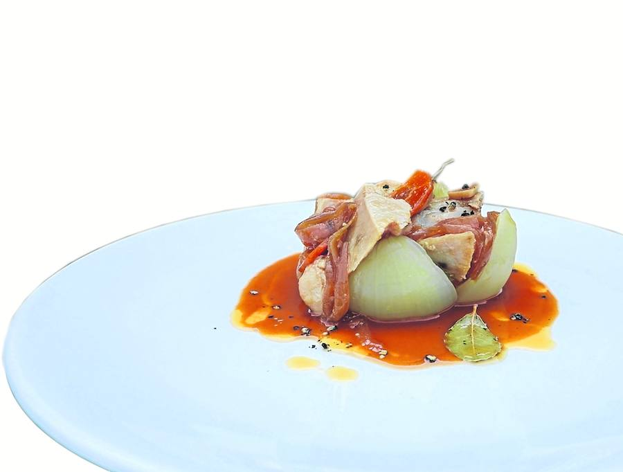 Cebolla rellena de bonito del Cantábrico en escabeche y jugo de marmitako