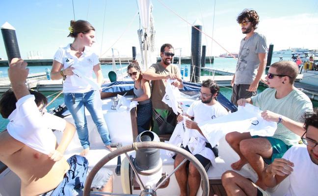 Un velero de Ecologistas en Acción atraca en Avilés en una campaña contra la polución