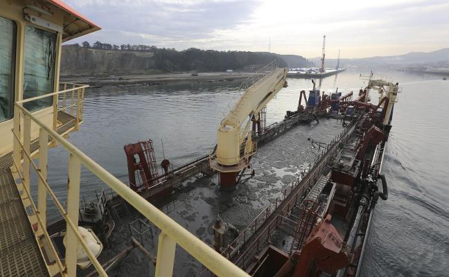 El puerto de Avilés tendrá que aportar a la playa de Salinas toda la arena que saque en la barra