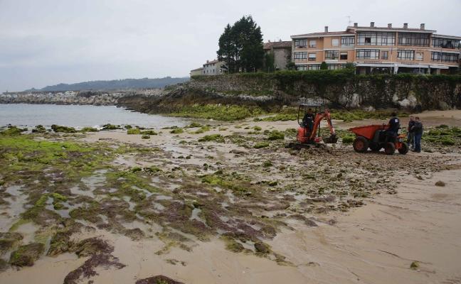 Llanes retira las piedras de la playa de El Sablón para facilitar el acceso al agua