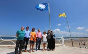 En Salinas ondea la Bandera Azul