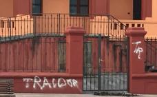 Las sedes del PSOE y del SOMA en el Nalón aparecen con pintadas contra la política energética del Gobierno
