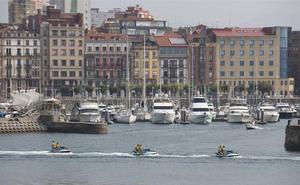 La empresa del Puerto Deportivo está obligada a limpiar «a diario» las dársenas