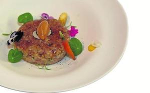 Steak tartar de bonito, fuagrás y vegetales