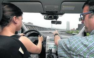 Conducir sin camiseta o comer al volante conlleva una sanción de 80 euros